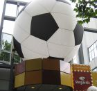 Inflatable, voetbal hangend.
